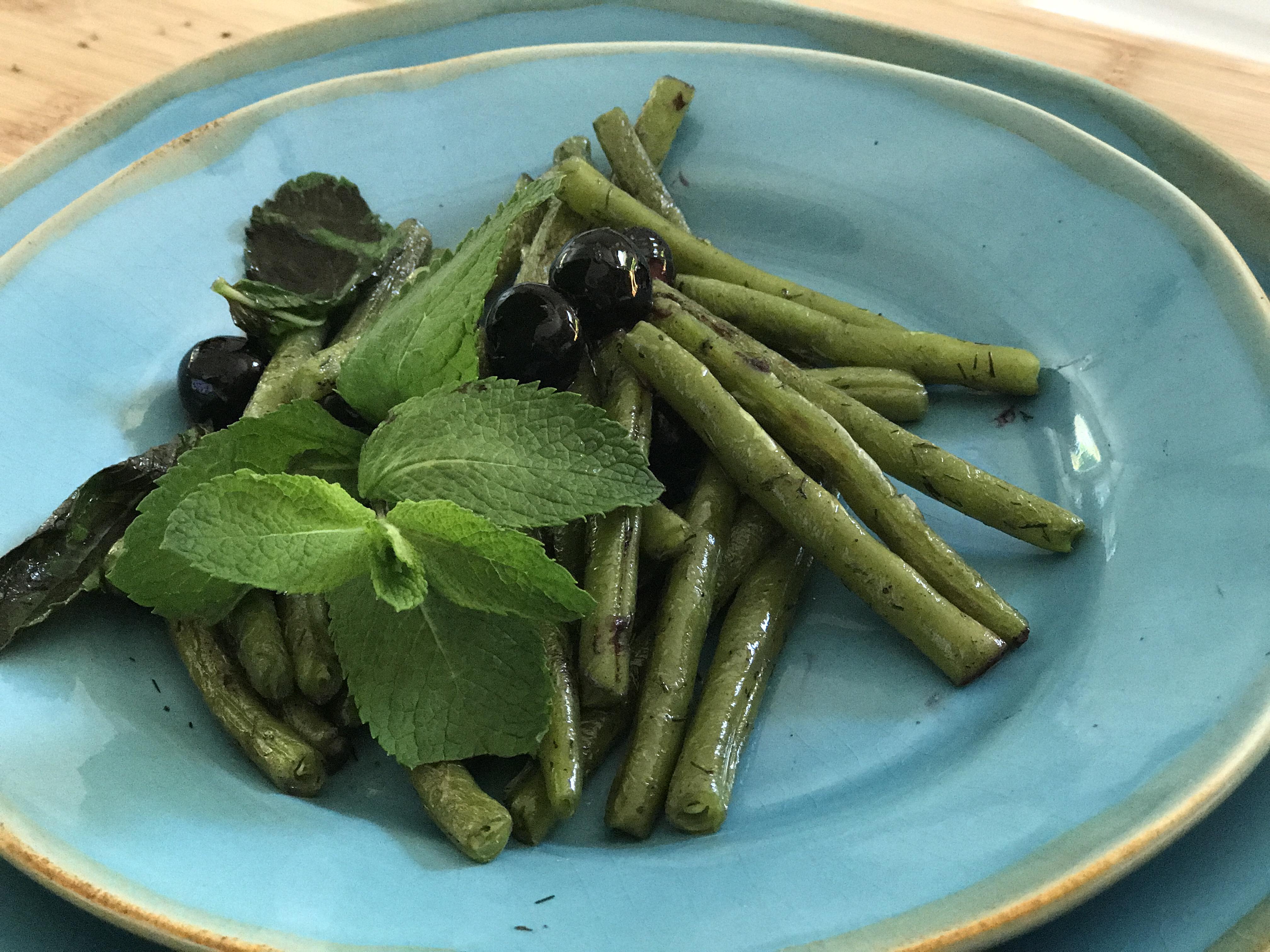 judías verdes con arándanos y hierbabuena